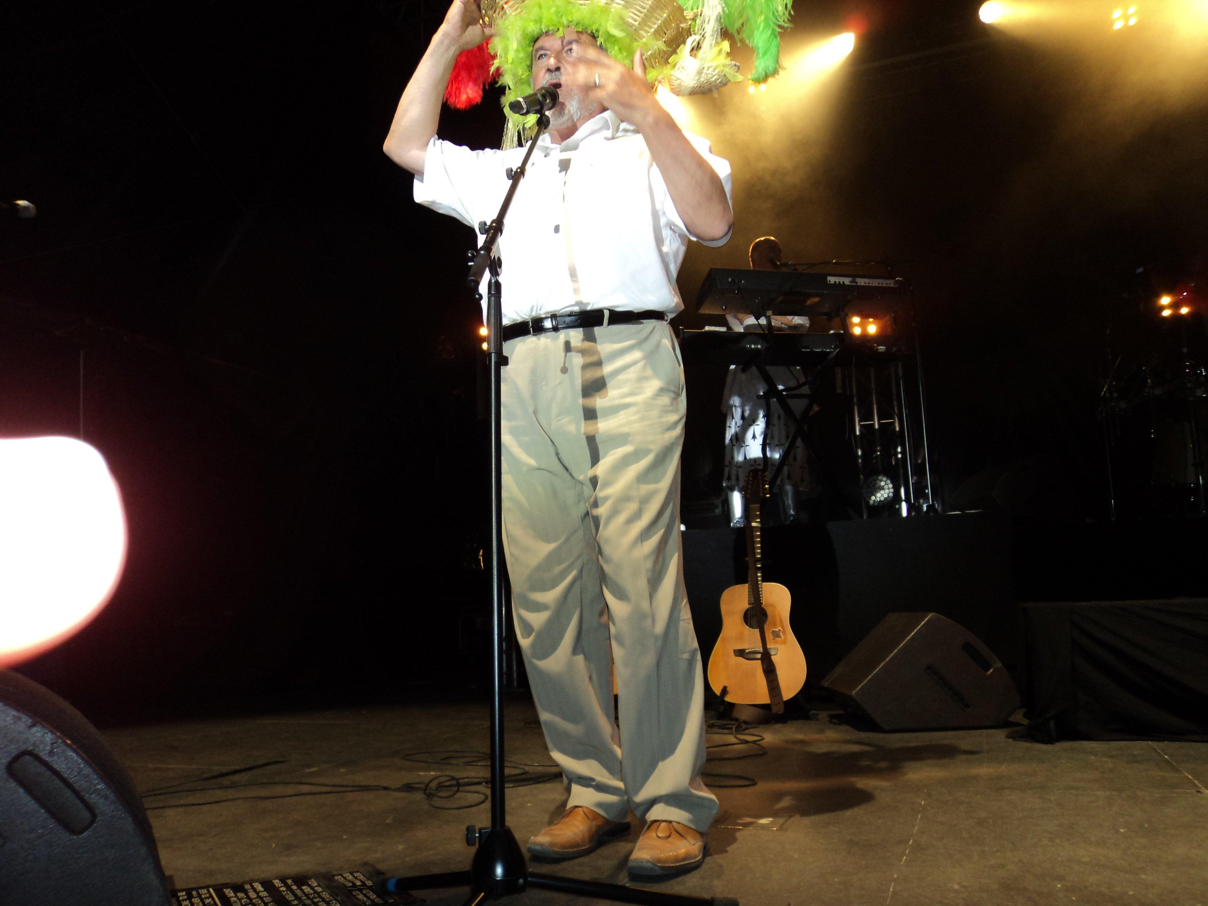 J'ai pas pu résister! Le président de la Communauté de Communes affublé du chapeau panier de légumes de Jean en fin de concert! C'était tordant!